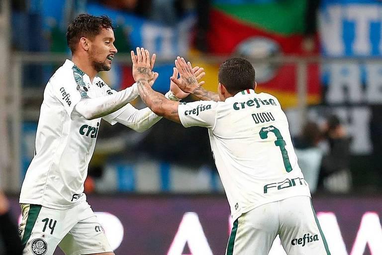 Gustavo Scarpa (à esq.) comemora com Dudu após fazer o golaço da vitória sobre o Grêmio, no Sul