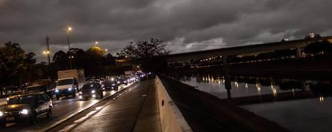 SÃO PAULO, SP, BRASIL, 19-08-2019: Na tarde desta segunda feira a noite chegou antes. A foto feita por volta das 15h55, na na Marginal Tiête mostra uma condição não comum de luz em São Paulo. (Foto: Bruno Santos/ Folhapress) *** FSP-FOTO ***