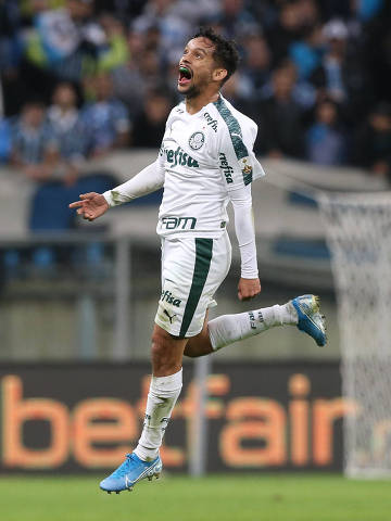 O jogador Gustavo Scarpa, da SE Palmeiras, comemora seu gol contra a equipe do Grêmio FBPA, durante partida de ida, válida pelas quartas de final, da Copa Libertadores, na Arena do Grêmio.