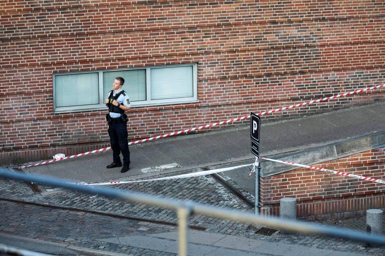 Policial em cena de crime na Dinamarca; milhares de casos judiciais estão sendo revisados devido a falhas em evidências de celulares