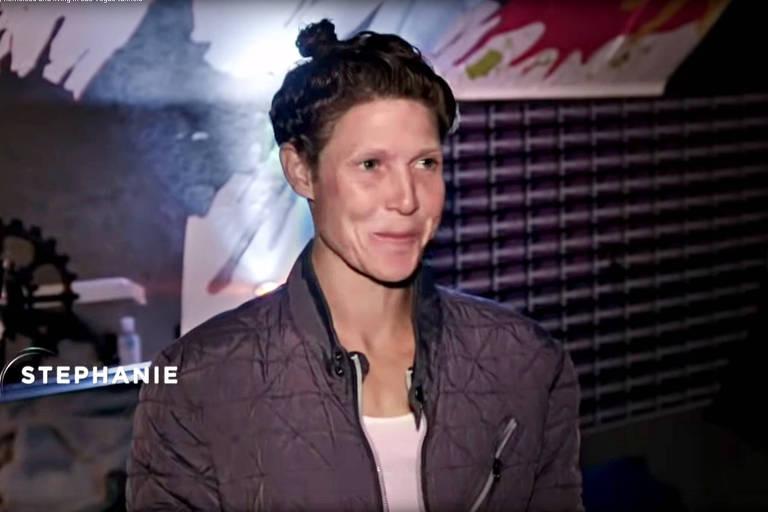 Jenni Lee (conhecida como Stephanie S.) vive como moradora de rua, em Los Angeles