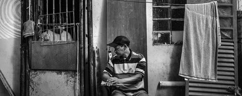 Brasília,DF. 12/06/2019. DESIGUALDADE GLOBAL. Marcílio Sales,49, desempregado, conversa com sua esposa Lucélia, sentado na porta de sua casa na comunidade Sol Nascente em Ceilândia, uma das regiões mais pobres do Distrito Federal. ( Foto: Lalo de Almeida/ Folhapress )***EXCLUSIVO FOLHA** * ORG XMIT: AGEN1906261622001008