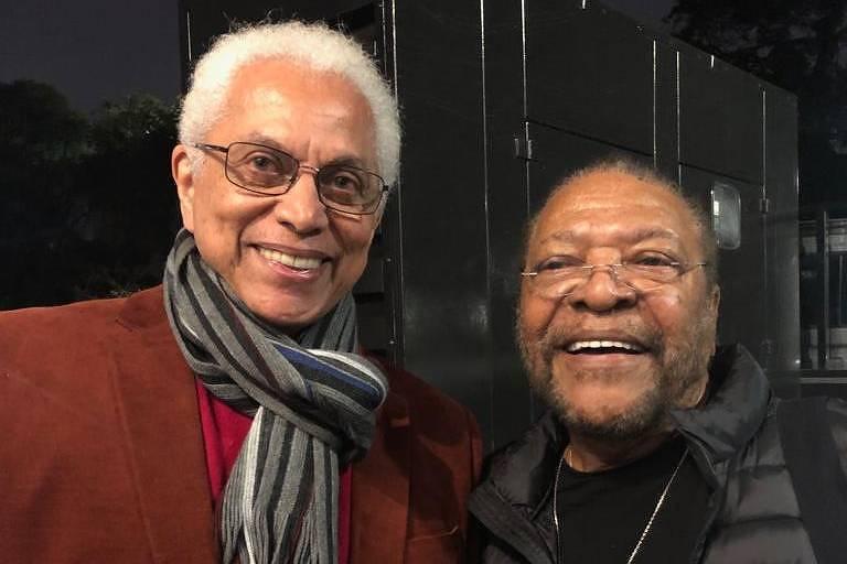 Paulinho da Viola e Martinho da Vila posam juntos no evento de abertura da exposição de Elifas Andreato no Museu Afro Brasil