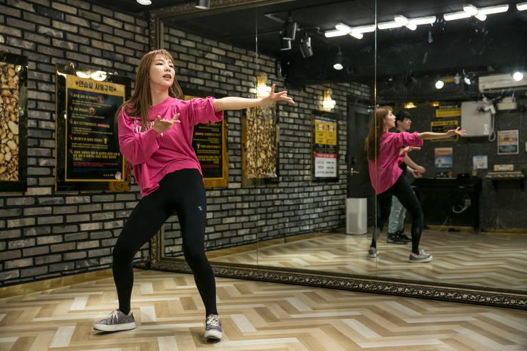 Ryu Hee-jin pratica movimentos de dança em um estúdio de dança em Seul, na Coréia do Sul