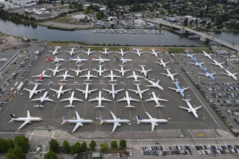 Aviões estacionados em estacionamento