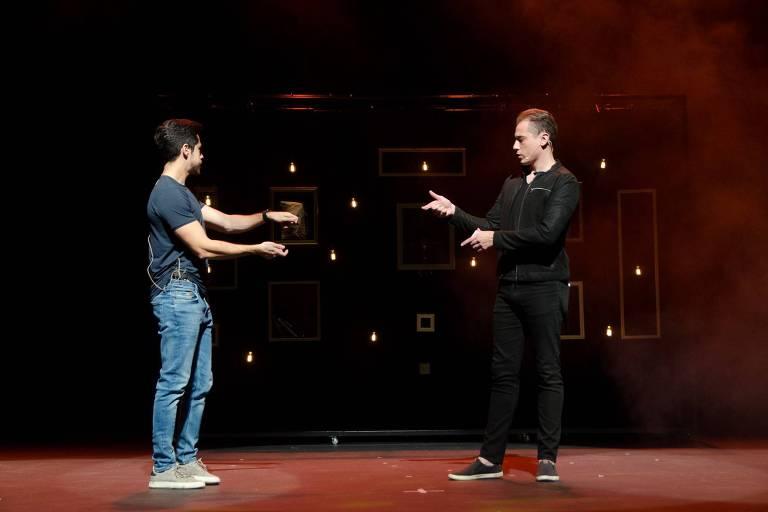 A dupla de apresentadores dos Desafios Mágicos: Relatividades no Teatro Folha