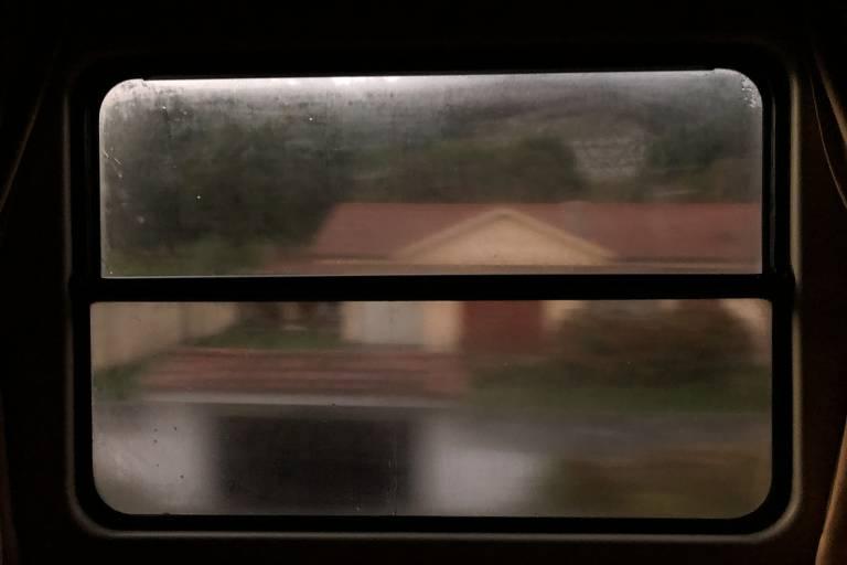 Janela com humidade da cabine do trem Transcantábrico que viaja pelo norte da Espanha. O norte da Espanha tem chuvas frequentes, mas você nem precisa levar guarda-chuva. Toda vez que deixar o trem ou os ônibus para caminhar, magicamente aparece um na sua mão