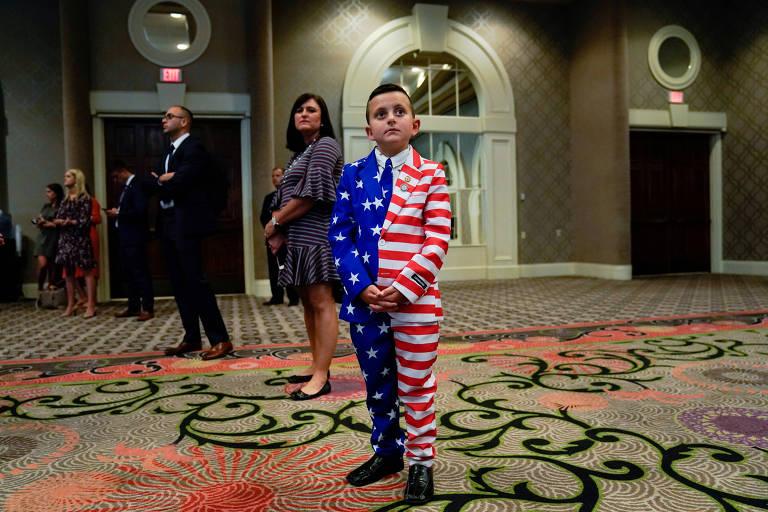 Reed Elliotte, 9, veste roupa estampada com a bandeira americana durante convenção de militares veteranos no Kentucky