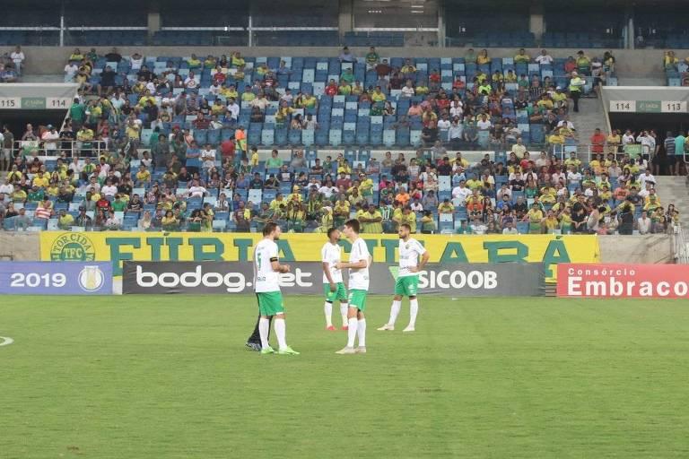 Jogadores do Cuiabá aguardam o time do Figueirense na Arena Pantanal