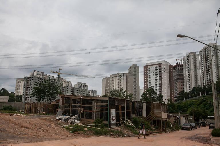 A Vila Andrade é um dos bairros incluídos no PIU Arco Jurubatuba; nela, prédios de alto padrão contrastam com favelas e zonas invadidas, que podem ser alvo de remoção