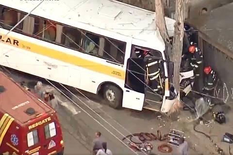 SAO PAULO , SP , 21.08.2019 , BRASIL , Acidente dramático com ônibus escolar na Zona norte de São Paulo. O Motorista, de 36 anos, continua preso às ferragens. Crédito RecordTV