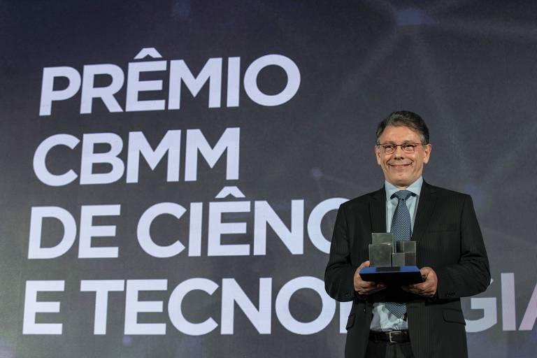 Marcelo Viana segura troféu
