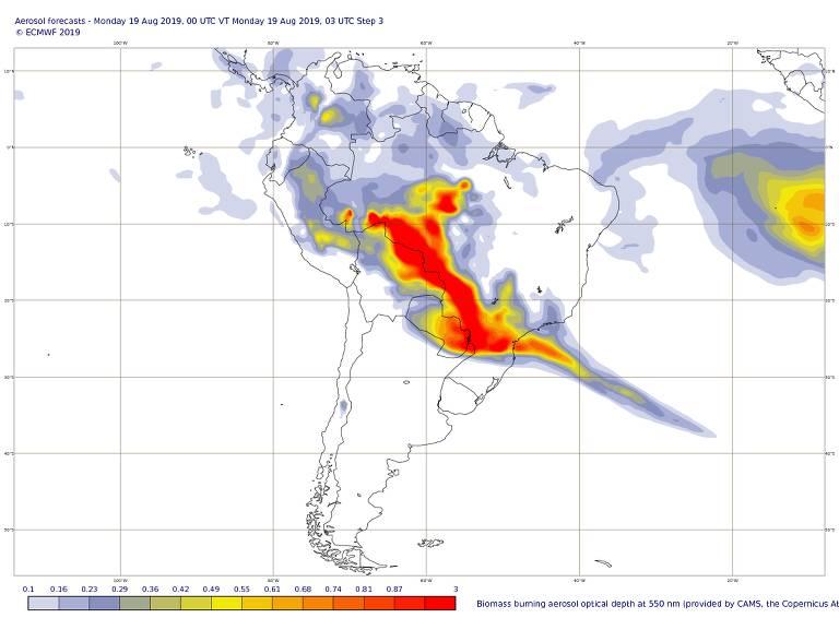 Imagem da movimentação de fumaça proveniente de queimadas (em vermelho e amarelo) em 19 de agosto (o dia do anoitecer precoce em São Paulo). Dados do Copernicus, programa de monitoramento global do ambiente da Agência Espacial Europeia