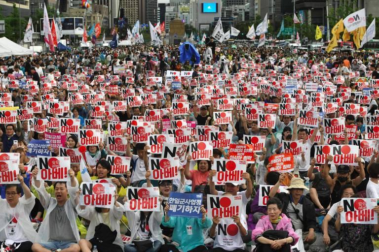 Manifestantes participam de protesto em Seul contra o Japão e seu premiê, Shinzo Abe