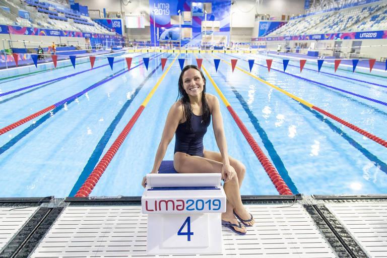 Carol Santiago à beira da piscina do centro aquático dos Jogos Parapan-Americanos de Lima
