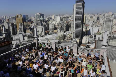 SAO PAULO, SP, BRASIL, 28.08.2016: COTIDIANO-VIRADA SUSTENTAVEL MEDITACAO NAS ALTURAS- Pessoas realizam uma meditacao coletiva no topo do edificio Martinelli, no centro da capital paulista, durante a Virada Sustentavel, na manha deste domingo. (Nelson Antoine/Folhapress ***COTIDIANO*** EXCLUSIVO FOLHA)