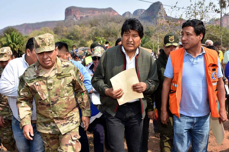 Evo Morales, presidente da Bolívia, visita área afetada por incêndio, ao lado de um militar