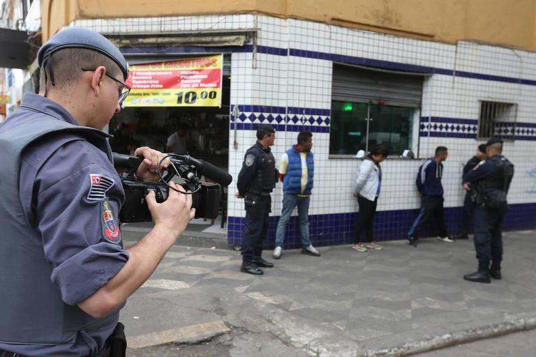 Polícia aborda suspeitos na região da Cracolândia, no centro de SP