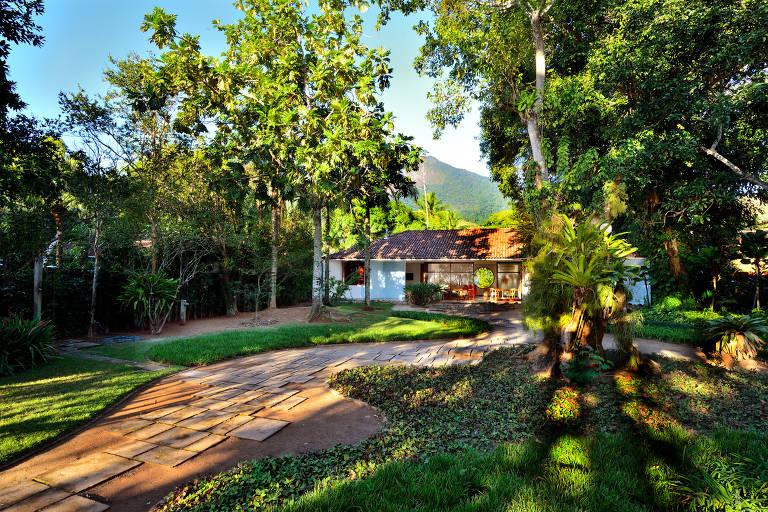 A casa projetada por Niemeyer para o designer Marco Antônio Rezende fica num terreno de 2.700 m², transformado em jardim por Burle Marx; concluída em 1987, essa foi a última colaboração da dupla