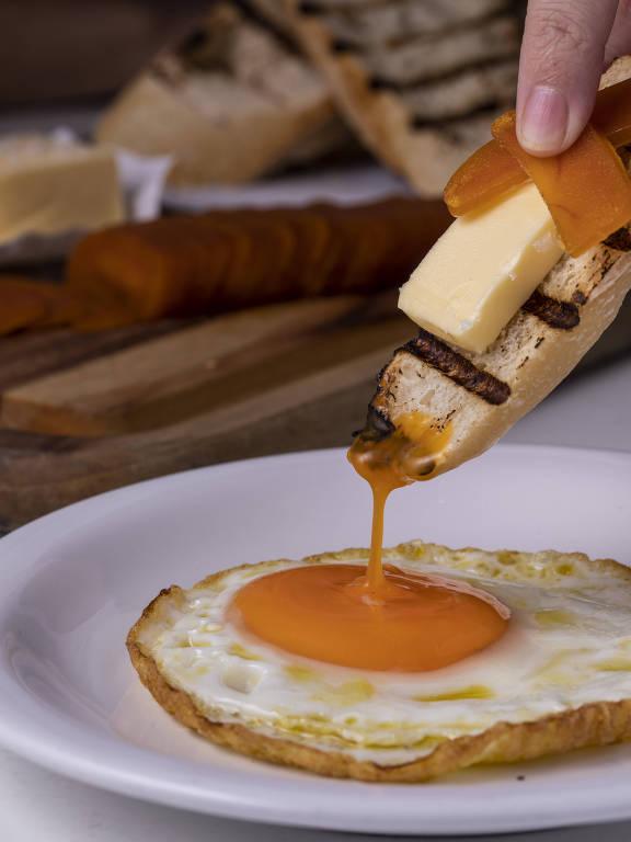 Pão, manteiga, botarga e ovo frito, um dos pratos do novo Café Dalva e Dito