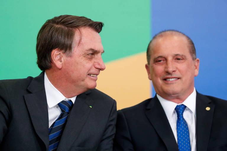 O presidente Jair Bolsonaro em cerimônia nesta quinta-feira (22) em Brasília com o ministro da Casa Civil, Onyx Lorenzoni