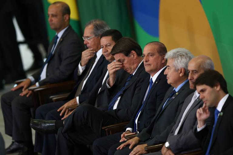 O presidente Jair Bolsonaro, acompanhado do vice presidente General Hamilton Mourão e dos ministros Onyx Lorenzoni (Casa Civil), Paulo Guedes (Economia), entre outros, durante cerimônia de lançamento do portal de serviços online do governo, no Planalto do Governo
