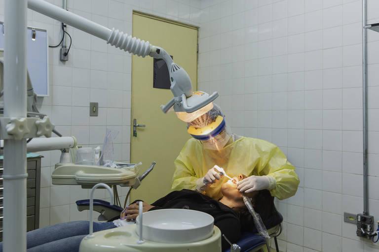 Dentista atende paciente na UBS São Vicente de Paula no Ipiranga em São Paulo