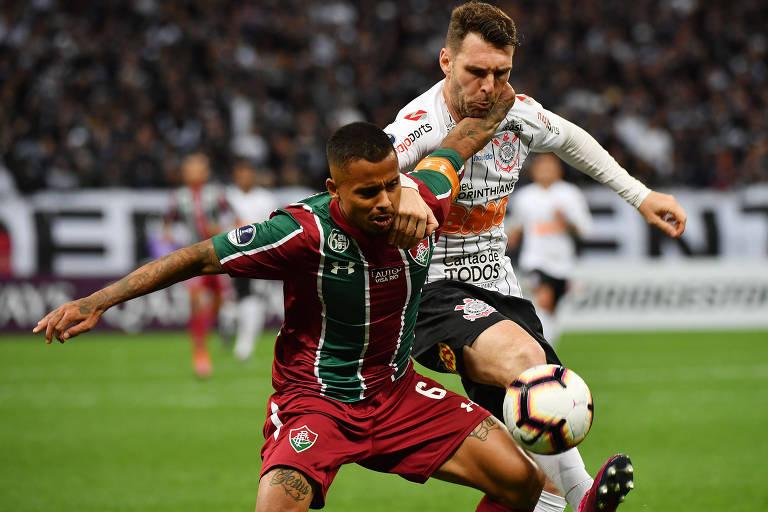 Corintiano Mauro Boselli tenta tomar a bola do meia Allan, do Fluminense, no duelo de ida das quartas de final da Copa do Brasil, no Itaquerão