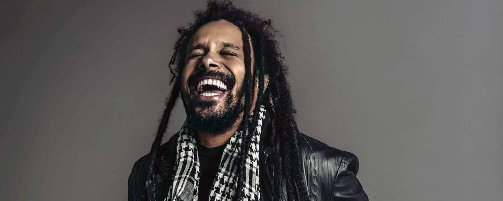 Retrato de Marcelo Falcão, ex vocalista da banda O Rappa, que lança novo álbum de sua carreira solo
