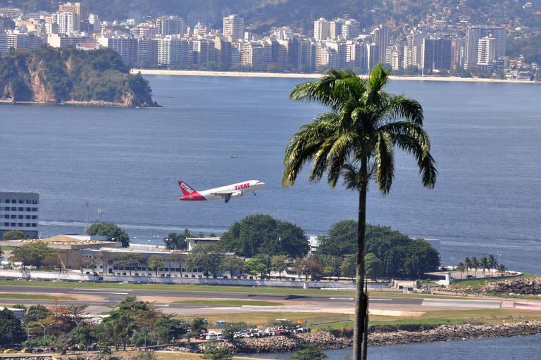 Avião decola do aeroporto Santos Dumont, no Rio