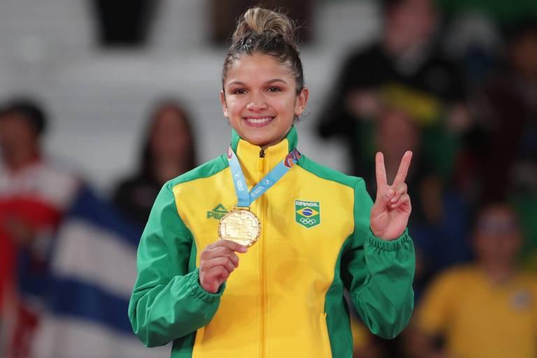 Larissa Pimenta com a medalha de ouro nos Jogos Pan-Americanos de Lima