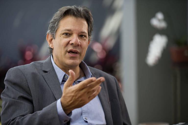 Fernando Haddad em sua casa, em São Paulo, durante entrevista para a Folha