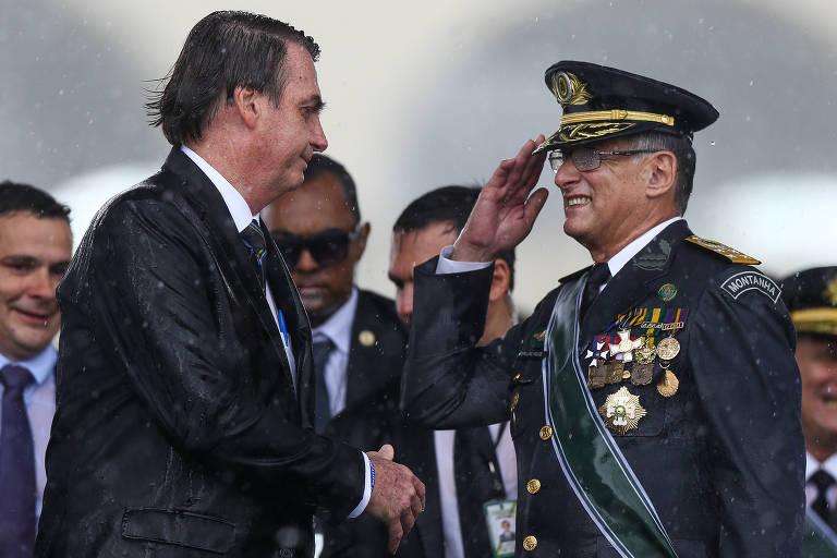 O comandante do Exércio, Edson Leal Pujol, bate continência para o presidente Jair Bolsonaro (PSL)