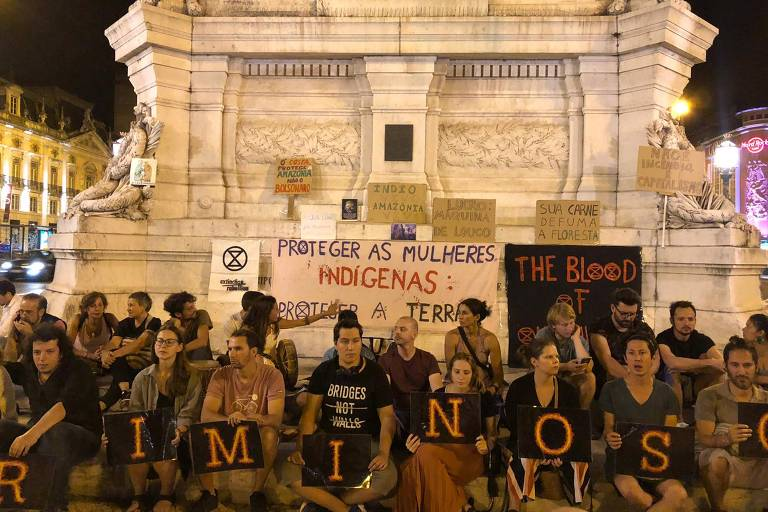 Manifestantes protestam diante de embaixadas do Brasil