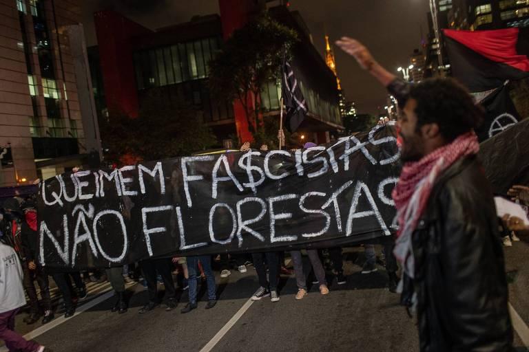 """Grupo carrega faixa que diz """"Queimem fascistas, não florestas"""""""