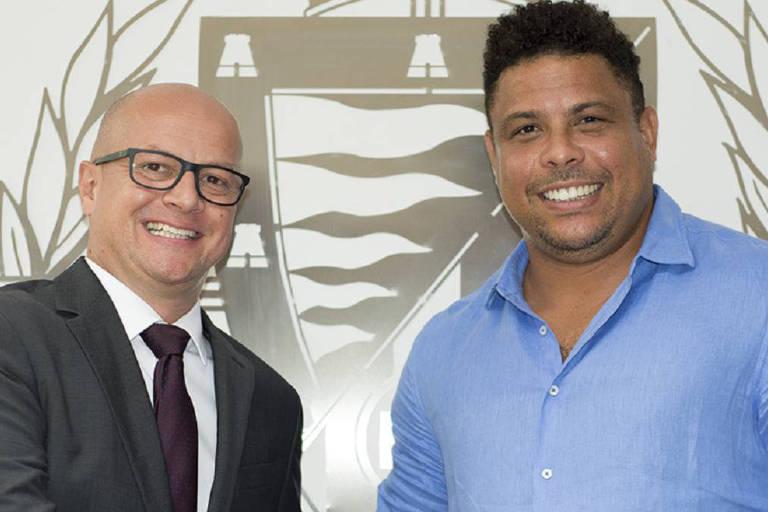 Matthieu Fenaert (à esq.) e Ronaldo na sede do Real Valladolid