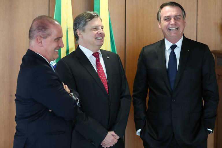 O embaixador Luís Fernando Serra (centro) com o presidente Jair Bolsonaro e o ministro da Casa Civil, Onyx Lorenzoni (esq.)
