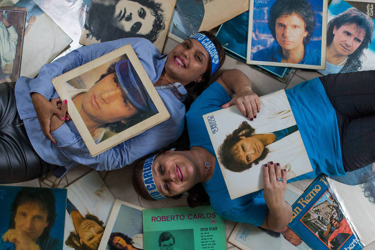 As primas Sonia Alves Diogo e Luciana Oliveira posam com discos de Roberto Carlos