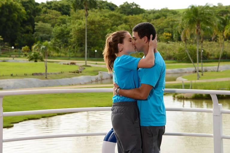 """Carla (Raissa Chaddad) e Guilherme (Lawrran Couto) se beijam em """"Poliana"""""""