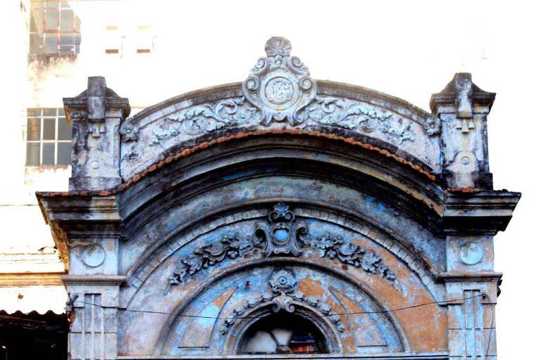 Parte do teto de prédio histórico