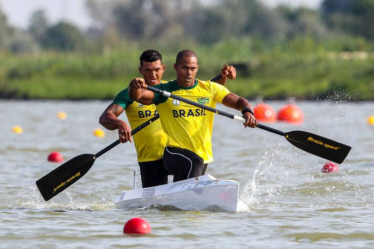 Erlon e Isaquias durante disputa do C2 no Mundial de Canoagem Velocidade da Hungria