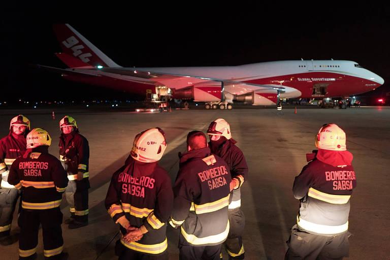 Supertanker no aeroporto de Santa Cruz de la Sierra e bombeiros que atuam no combate aos incêndios
