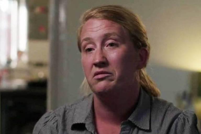 Uma mulher loira e branca, de rosto redondo, dá depoimento para a BBC.