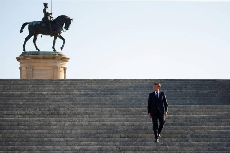 Com estátua de um nobre cavaleiro francês ao fundo, o presidente Emmanuel Macron desce as escadas do Castelo de Chantilly, ao norte de Paris, antes de encontro como o premiê indiano, Narendra Modi