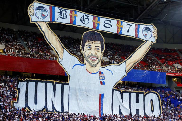 Os torcedores do Lyon exibem faixa do ex-jogador e atual diretor de esporte do clube, Juninho Pernambucano