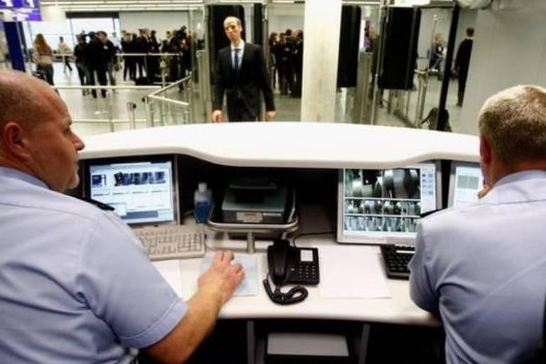 Funcionários da alfândega de aeroporto europeu monitoram a entrada e saída de estrangeiros.