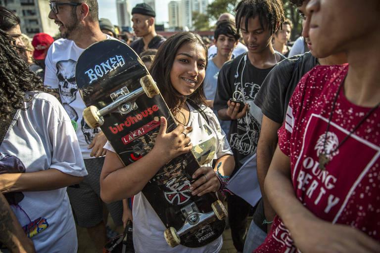 Sabrina Marcondes Gonçalves,14, pegou o skate arremessado pelo ex-atleta ao final da apresentação