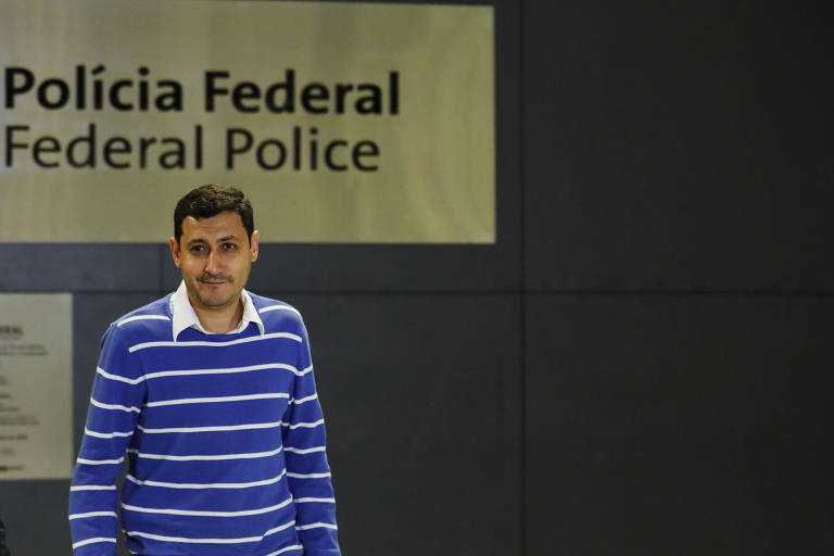 O egípcio Mohamed Ahmed Elsayed Ahmed Ibrahim deixa a delegacia da Polícia Federal, dentro do aeroporto de Guarulhos, após prestar depoimento