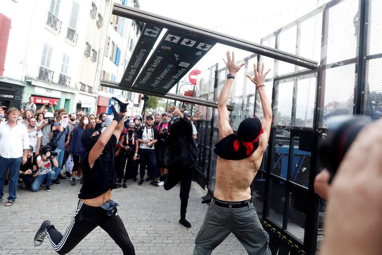 Protesto em Bayonne, na França, onde se reúnem líderes do G7
