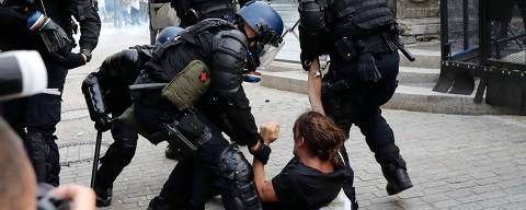 French Gendarmes detain a man during a demonstration in the city of Bayonne, south-west France on August 24, 2019, on the sidelines of the annual G7 Summit attended by the leaders of the world's seven richest democracies, Britain, Canada, France, Germany, Italy, Japan and the United States taking place in the seaside resort of Biarritz. - More than 9,000 anti-G7 protesters joined a mass march across the French-Spanish border as world leaders arrived for a summit in Biarritz just hours after activists clashed with police. Authorities remain on high alert, with Biarritz on lockdown and police deployed en masse in the neighbouring town of Bayonne as well to keep protesters at bay. (Photo by Thomas SAMSON / AFP)